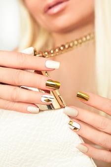 Manicure com strass ouro