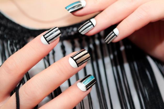 Manicure criativa com linhas prateadas