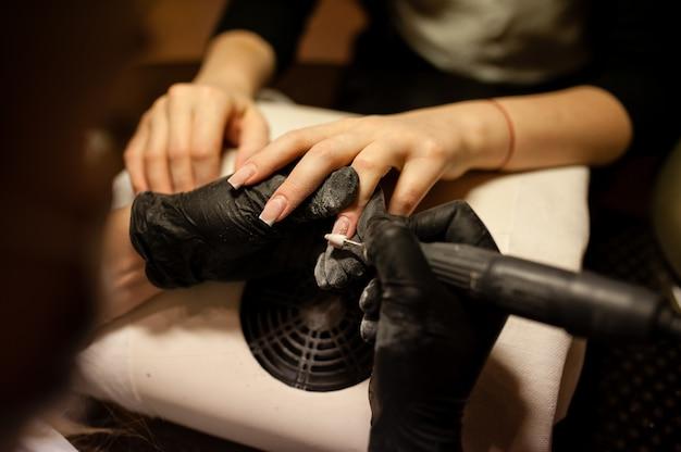 Manicure. cuidado do prego no salão de beleza.