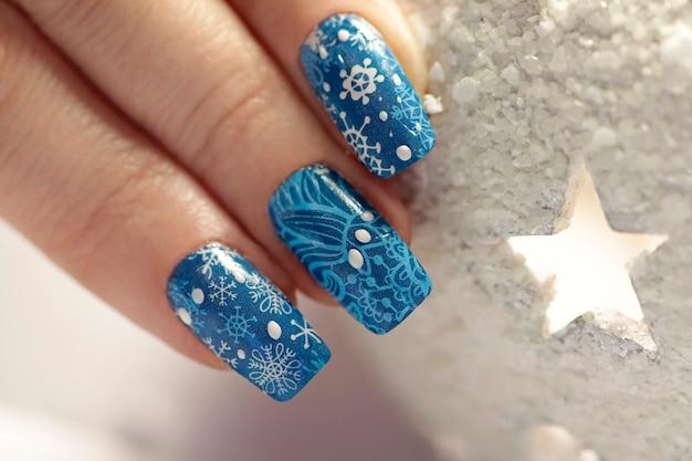 Manicure de inverno azul com adesivos
