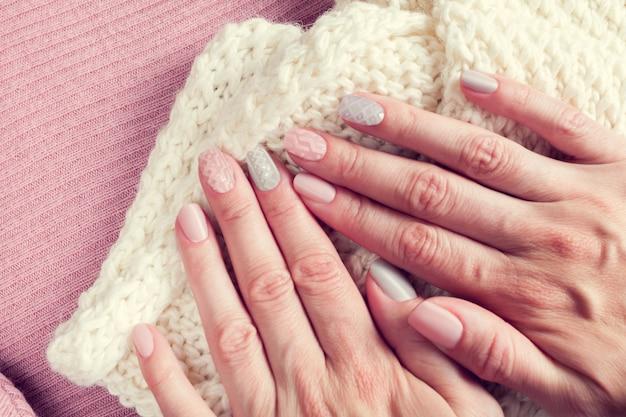 Manicure de textura de malha nas unhas das cores rosa e cinza
