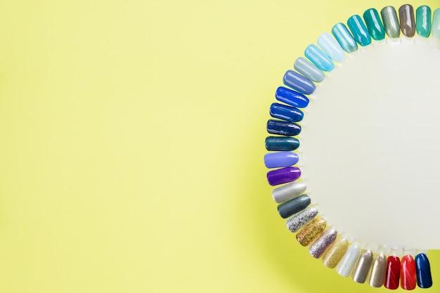Manicure de verão e amostras de cores de unhas. coleção de férias, manicure multicolorido e coleta de amostras de esmaltes coloridos. unha salão de beleza. grande escolha com design diferente da arte do prego do dedo