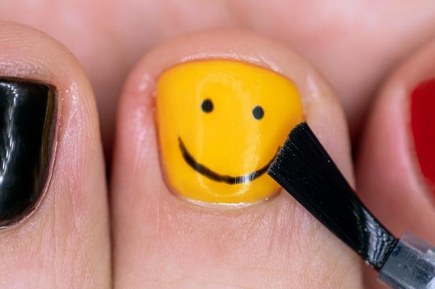 Manicure do homem. o processo de colorir as unhas dos dedos dos homens em um salão de beleza. manicure faz as unhas a um cara. fechar-se