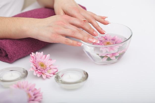 Manicure e mãos spa. closeup de mãos de mulher bonita