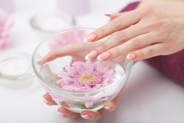 Manicure e mãos spa, mulher bonita mãos closeup