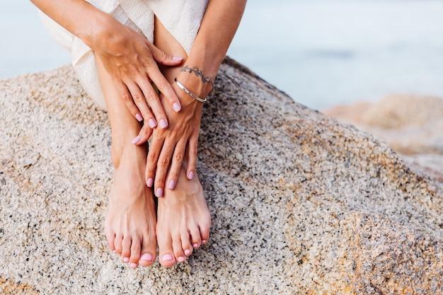 Manicure e pedicure de mulher bonita