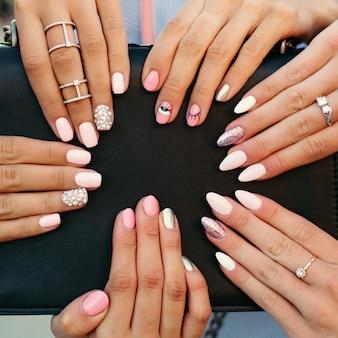 Manicure elegante e moderno diferente com design nas mãos da mulher.