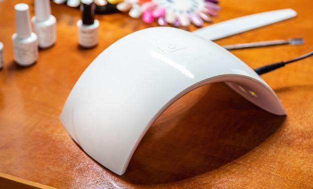 Manicure em casa, gel polonês, secar na lâmpada. foco seletivo.