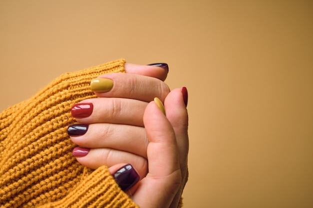 Manicure em cores de outono, design de unhas.