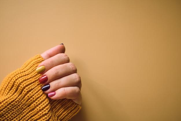 Manicure em cores de outono