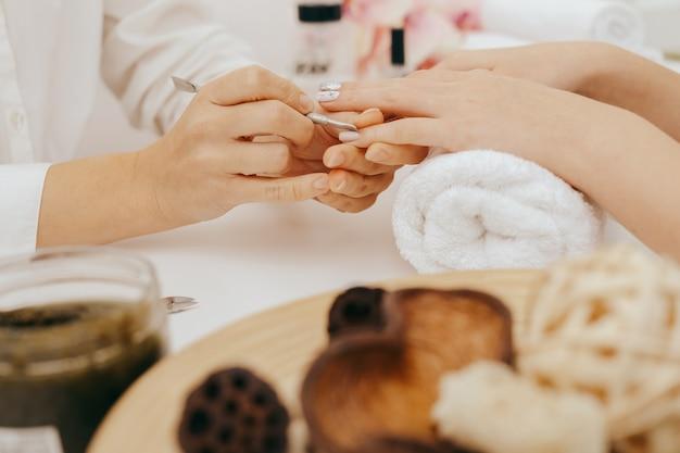 Manicure faz manicure