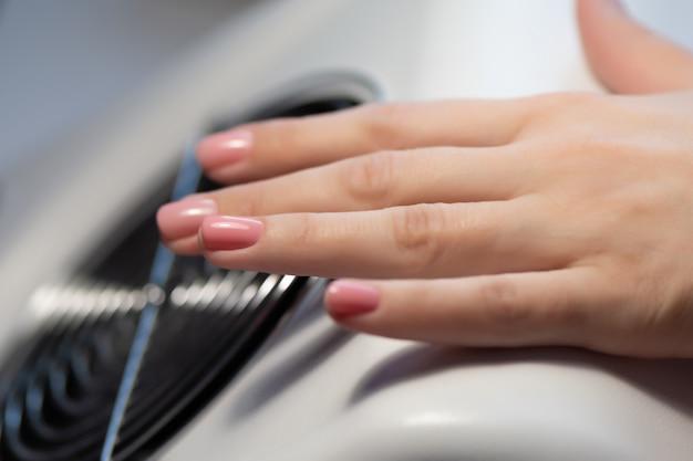 Manicure fazendo gel unha design para cliente, close-up.