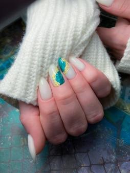 Manicure feminina elegante e elegante