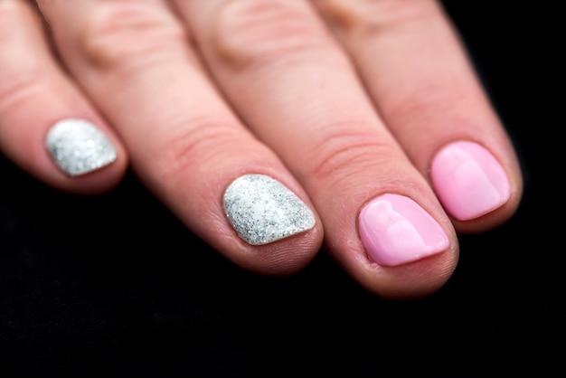 Manicure feminina estilosa, rosa e brilhante