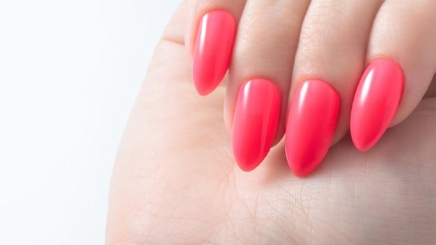 Manicure feminino. esmalte cor coral vermelho.