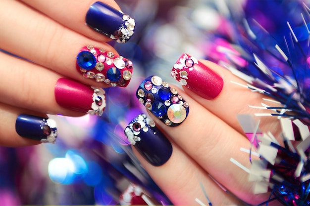 Manicure festiva com strass