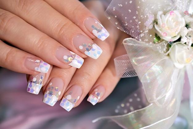 Manicure francesa com glitter transparente