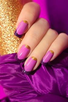 Manicure francesa lilás com lantejoulas douradas