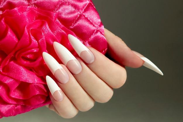 Manicure francesa muito longa em unhas em formato de amêndoa