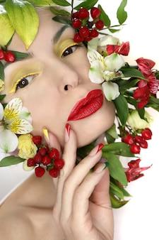Manicure francesa multicolorida e maquiagem na garota