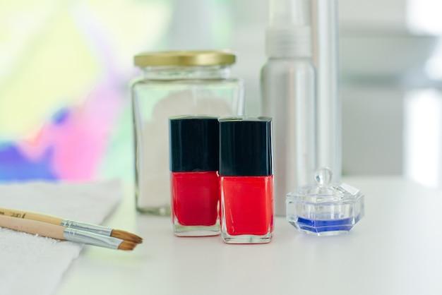 Manicure francesa - preparação de ferramentas, esmaltes e pincéis
