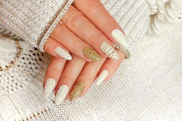 Manicure leve com areia e reflexos dourados