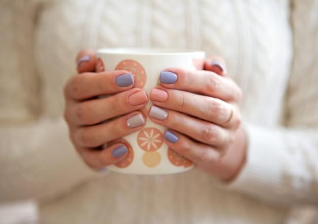 Manicure linda bela mulher unhas manicuradas unhas artísticas femininas com unhas rosa e roxas