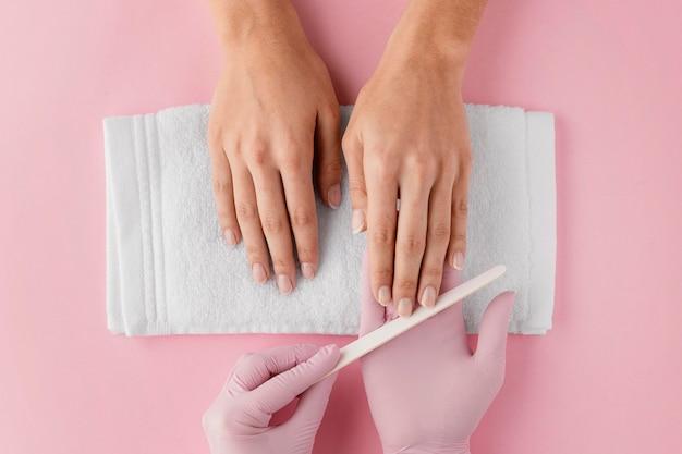 Manicure lixando as unhas