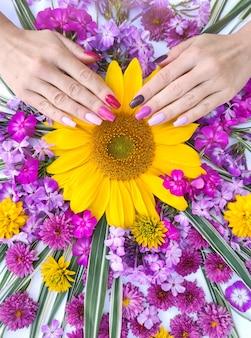 Manicure longa multicolorida com uma composição de flores