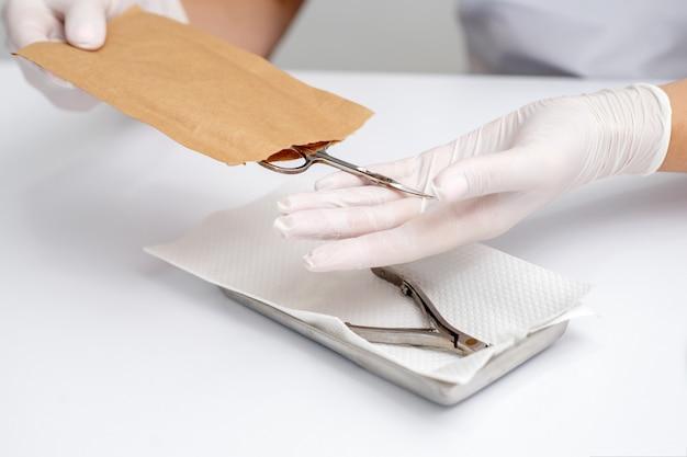 Manicure mãos tomando ferramentas de manicure