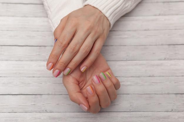 Manicure moderno multicolorido, design de unhas. clima de verão.