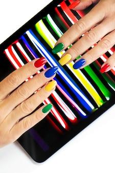 Manicure multicolor em unhas de diferentes formatos