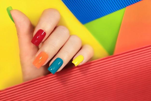 Manicure multicolor na forma quadrada das unhas