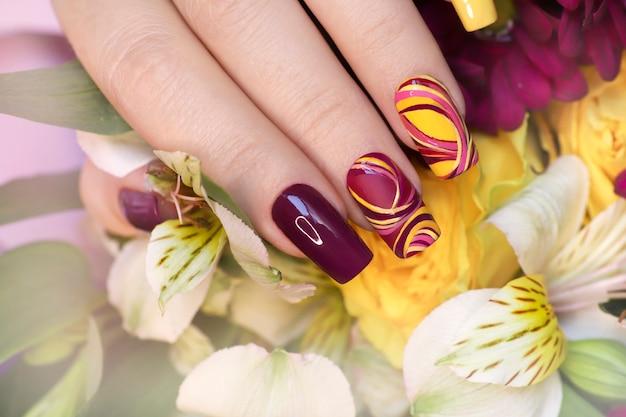 Manicure multicolorida na moda.