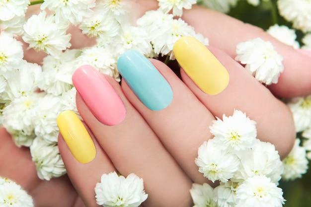 Manicure pastel multicolorida em unhas femininas