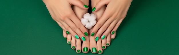 Manicure pedicure salão de beleza conceito pés da mulher com flor de algodão