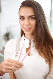 Manicure profissional em seu local de trabalho no salão de beleza.