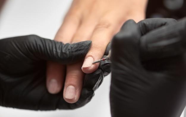 Manicure profissional mestre trabalhando nas unhas dos clientes