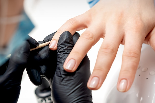Manicure remove cutículas em unhas femininas