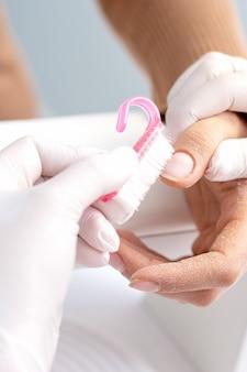 Manicure remover a poeira das unhas