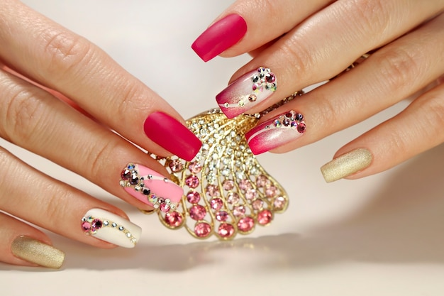 Manicure rosa e branca com strass