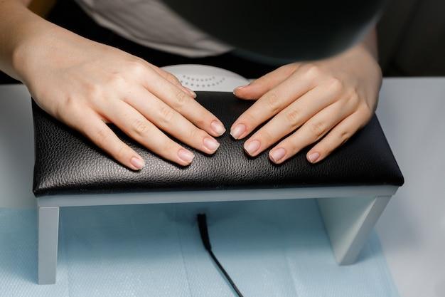 Manicure sem revestimento de verniz gel no salão de beleza