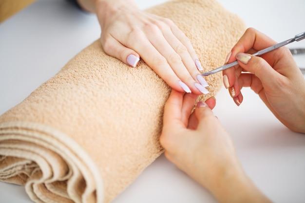 Manicure spa. mulher, em, um, salão unha, recebendo, um, manicure, por, um, esteticista