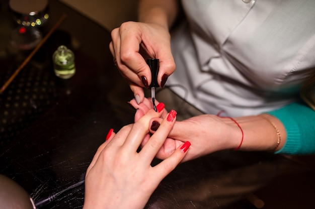 Manicure. tratamento das unhas no salão de beleza.