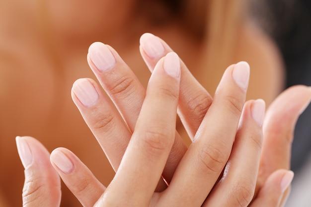 Manicure unha branca, mãos limpas