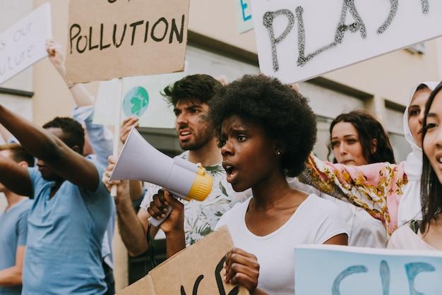 Manifestação pública na rua contra o aquecimento global e a poluição. grupo de pessoas multiétnicas protestando contra mudanças climáticas e problemas plásticos nos oceanos