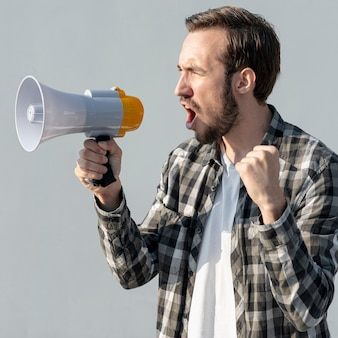 Manifestante com megafone gritando