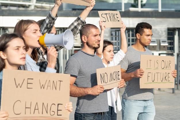 Manifestantes demonstrando juntos pela mudança