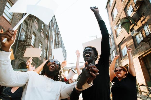 Manifestantes em êxtase em uma manifestação