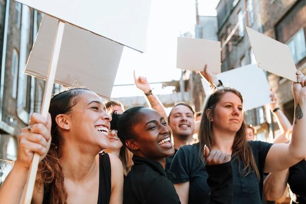 Manifestantes em êxtase marchando pela cidade